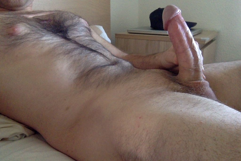 bel homme en erection grosse bute