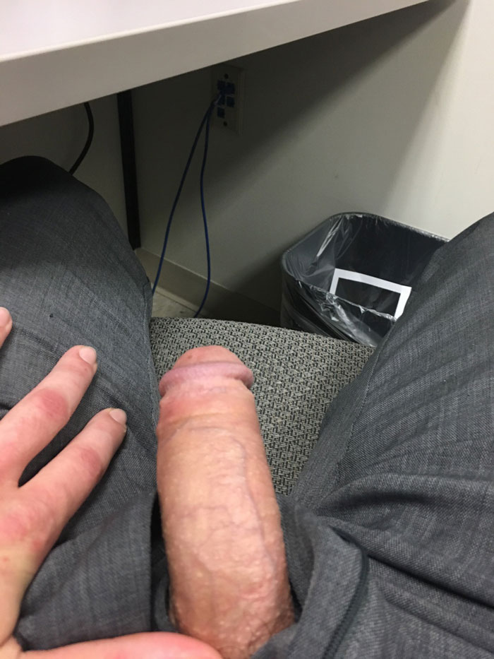 Il sort sa bite au bureau